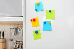 Дверь холодильника с много пустых примечаний a Стоковая Фотография