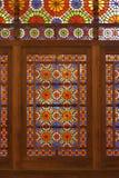 Дверь цветного стекла в саде Dowlat Abad в Yazd, Иране стоковое изображение