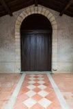 Дверь церков деревянная Стоковые Изображения