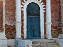 Дверь церков и старая кирпичная стена Стоковые Изображения
