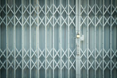 Дверь штарки античного скольжения стальная запертая, предпосылка текстуры Стоковое Изображение