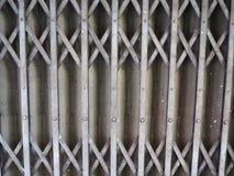 Дверь штарки скольжения старого стиля ржавая железная Стоковое Изображение