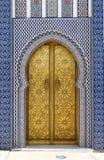 Дверь Golded королевского дворца в Fes стоковые изображения