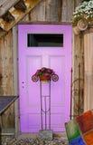 Дверь Lila сделанная из древесины с цветками Стоковая Фотография