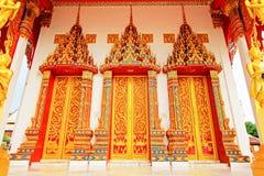 Дверь Wat Tham Bucha, Surat Thani, Таиланда стоковая фотография