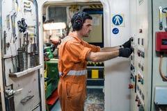 Двигатели контролируя сосуда офицера морского инженера в ECR комнаты контроля двигателя Стоковые Изображения RF