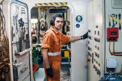 Двигатели контролируя сосуда офицера морского инженера в ECR комнаты контроля двигателя Стоковое Изображение RF