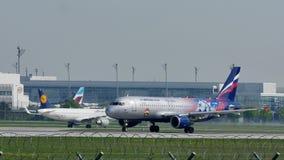 Двигатель авиакомпаний Аэрофлота русский принимая от авиакомпаний Мюнхена, весны сток-видео