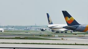 Двигатель авиакомпаний кондора ездя на такси в авиапорте Франкфурта, FRA сток-видео