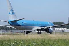 Двигатель авиакомпаний KLM королевский голландский делая такси в авиапорте Schiphol, Амстердаме Стоковые Изображения RF
