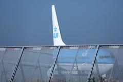 Двигатель авиакомпаний KLM королевский голландский делая такси в авиапорте Schiphol, Амстердаме Крупный план кабеля Стоковые Изображения RF