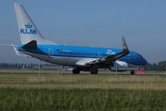 Двигатель авиакомпаний KLM королевский голландский делая такси в авиапорте Schiphol, Амстердаме Взгляд крупного плана летного обс Стоковое фото RF