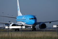 Двигатель авиакомпаний KLM королевский голландский делая такси в авиапорте Schiphol, Амстердаме Взгляд крупного плана летного обс Стоковые Фото