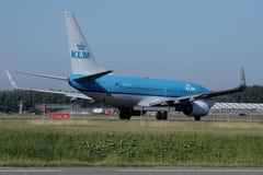 Двигатель авиакомпаний KLM королевский голландский ездя на такси в авиапорте Schiphol, Амстердаме Стоковое фото RF