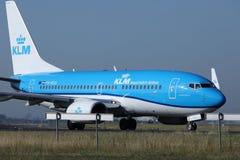 Двигатель авиакомпаний KLM королевский голландский ездя на такси в авиапорте Schiphol, Амстердаме Стоковое Изображение
