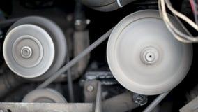 Двигатель автомобиля, в идущем автомобиле, движение компрессора ременного шкива, генератора, кривошина акции видеоматериалы