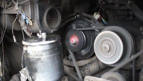 Двигатель автомобиля, в идущем автомобиле, движение компрессора ременного шкива, генератора, кривошина видеоматериал