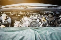 Двигатель автомобиля, извлекает и собирает двигатель Стоковая Фотография