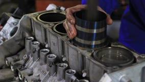 Двигатель автомобиля ремонтов человека акции видеоматериалы