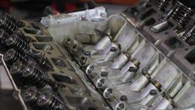 Двигатель автомобиля ремонтов человека