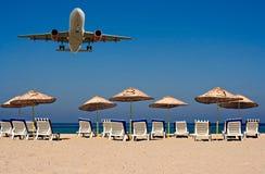 двигатель летания пляжа пустой над sunloungers Стоковые Фото