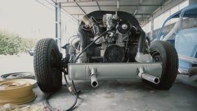 Двигатель, мотор на автоматическ-разборке в гараже видеоматериал