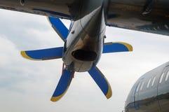 Двигатель турбовинтового самолета под крылом пассажирского самолета  стоковое изображение rf