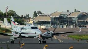 Двигатель хартии управляет для взлета на авиапорте города, сумрака видеоматериал