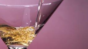 Двигатель Шампань или Carbonated напитка заполнен в стекло с пузырями акции видеоматериалы