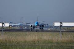 Двигатель KLM ездя на такси в авиапорте Schiphol, Амстердаме, вид спереди Стоковые Изображения RF