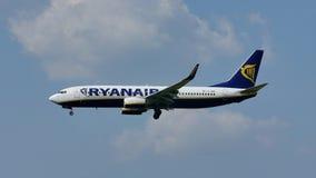 Двигатель Ryanair Боинга летая вверх в небо и приземляясь на взлётно-посадочная дорожка