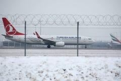 Двигатель Turkish Airlines делая такси на снежном авиапорте Стоковое Изображение RF