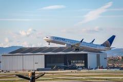 Двигатель United Airlines принимает на международный аэропорт LAX Лос-Анджелеса стоковая фотография rf