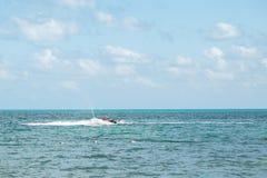 Двигател-лыжник имея потеху около пляжа в Cancun стоковое фото rf