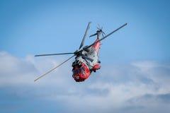 Двигатели и вертолеты самолетов летая во время airshow стоковая фотография rf