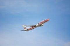Двигатель авиалайнера америкэн эрлайнз в полете Стоковая Фотография RF