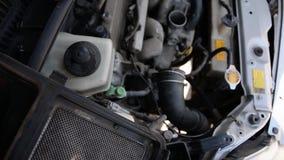 Двигатель автомобиля, взгляд крупного плана сток-видео