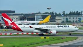 Двигатель аэробуса A330 Qantas widebody ездя на такси на авиапорте Changi Стоковое Фото