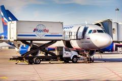 Двигатель воздушных судн Аэрофлота состыковал в авиапорте Sheremetievo подготавливая f Стоковое Изображение RF