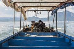 Двигатель длинн-замкнутой шлюпки подержанный двигатель автомобиля или тележки Tak, Таиланд Стоковые Фото