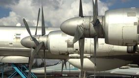 Двигатель и пропеллер старого ретро транспортного самолета Часть воздушных судн сток-видео