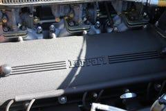 Двигатель Феррари показывая крышку и карбюраторы кулачка стоковые фотографии rf