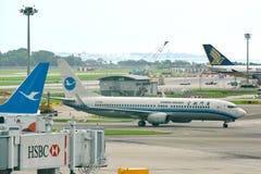 Двигатель Xiamen Airlines Боинга 737-800 региональный ездя на такси на авиапорте Changi Стоковые Изображения