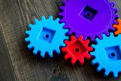 Двигать вперед концепцию, идеальный принцип действия с шестернями и колеса на деревянной предпосылке Стоковое Изображение RF