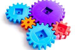 Двигать вперед концепцию, идеальный принцип действия с шестернями и колеса на белой предпосылке Стоковое Изображение RF