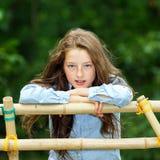 Двигать в зрелость портрет девушки напольный подростковый Стоковые Изображения