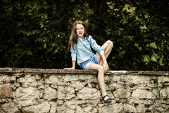 Двигать в зрелость портрет девушки напольный подростковый Стоковое Изображение