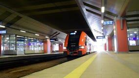 Двигать современный европейский поезд около съемки рельса сток-видео