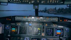 Двигать через сымитированный ландшафт внутри кабины полета акции видеоматериалы