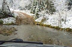 Двигающ через реку горы, на SUV Фото было принято от кабины Россия Стоковые Фотографии RF
